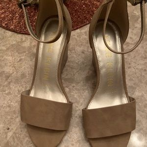 ANNE KLEIN nude small wedges/heels sz 6